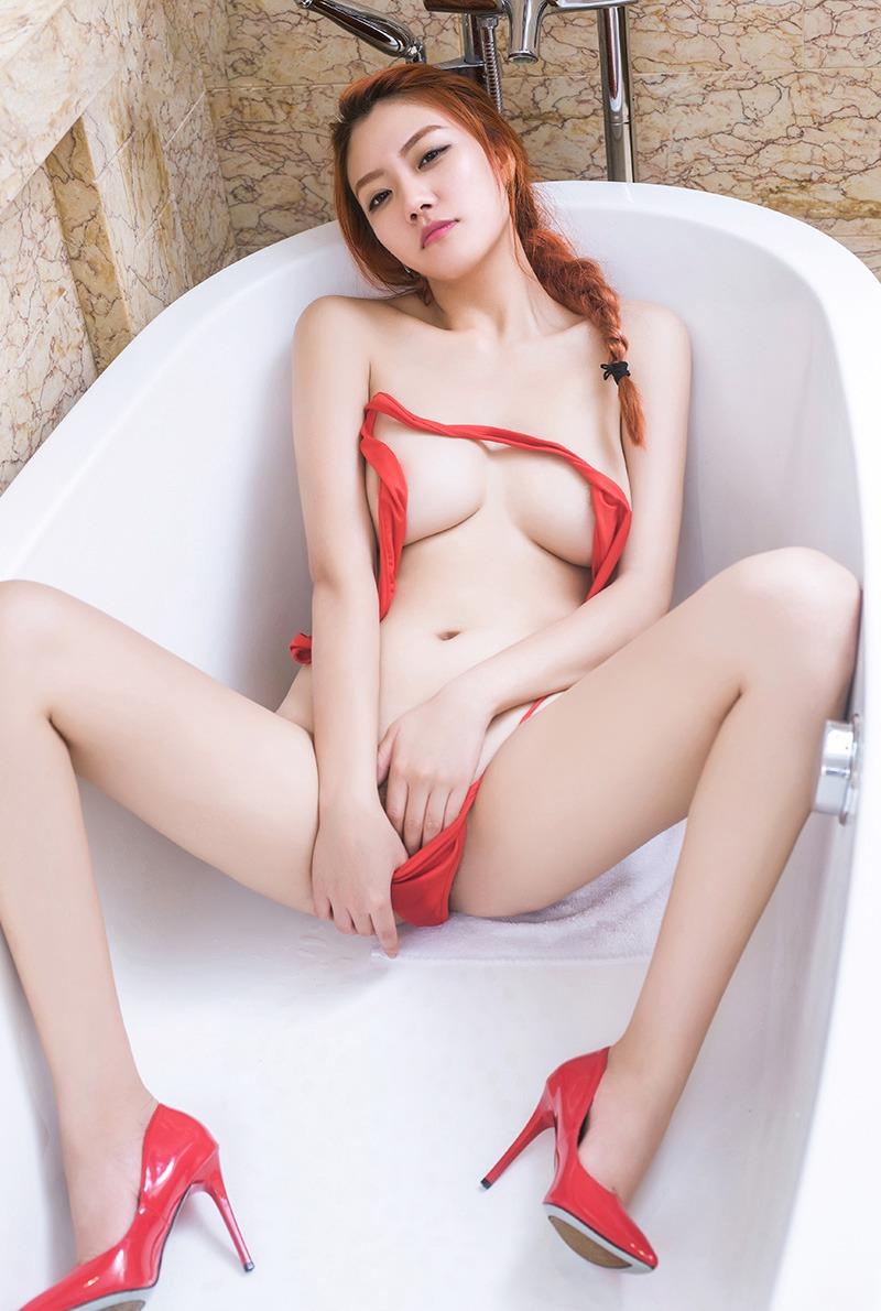 巨乳美女丹丹搔首弄姿诱惑销魂大胆人体艺术图片