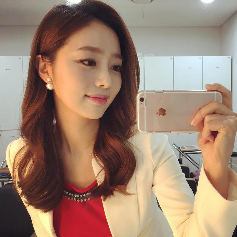 中韩双语主持人赵瑞妍 有颜值有玉背还有长腿自拍照