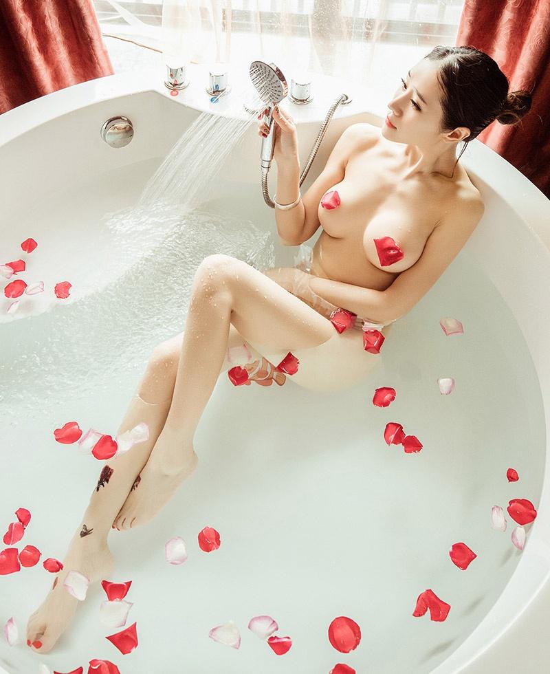大胆美女玫瑰沐浴裸体写真人体艺术图片