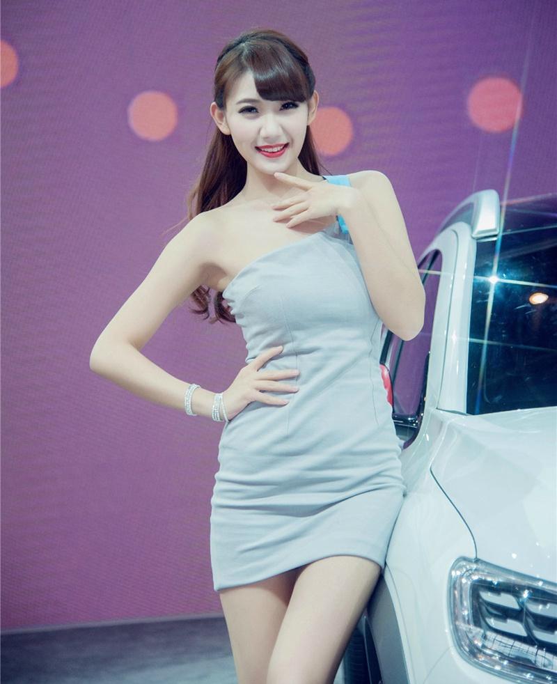 漂亮车模展台笑容甜美靓丽摄影照片