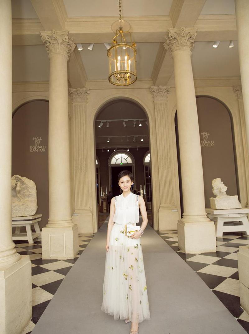 王子文亮相巴黎时装周 白纱裙美若小公主
