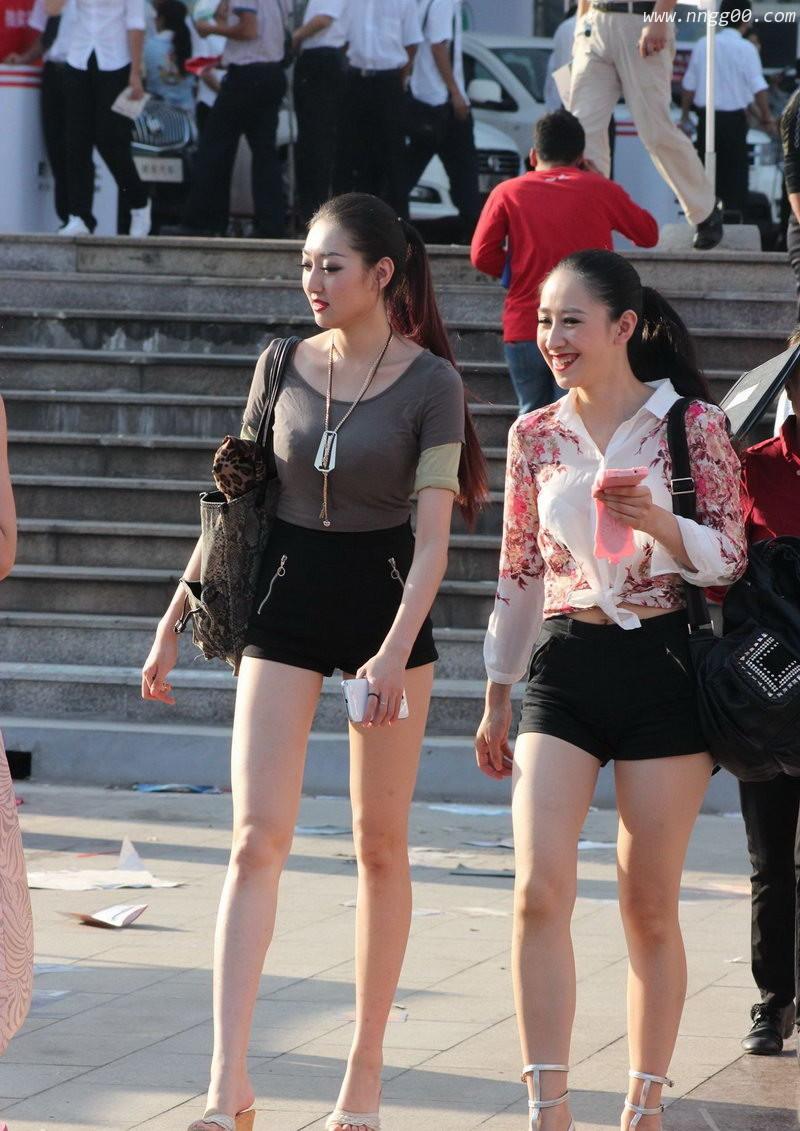 在西藏旅游街拍的超级大长腿姐姐