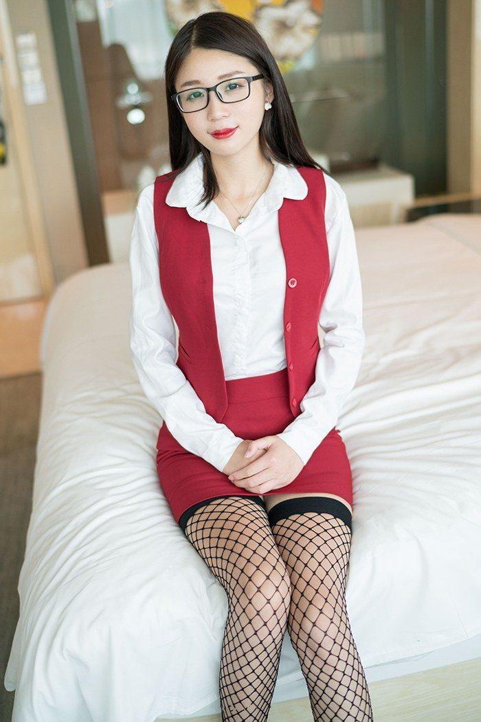 黑丝女秘书白沫短裙长腿激情四射