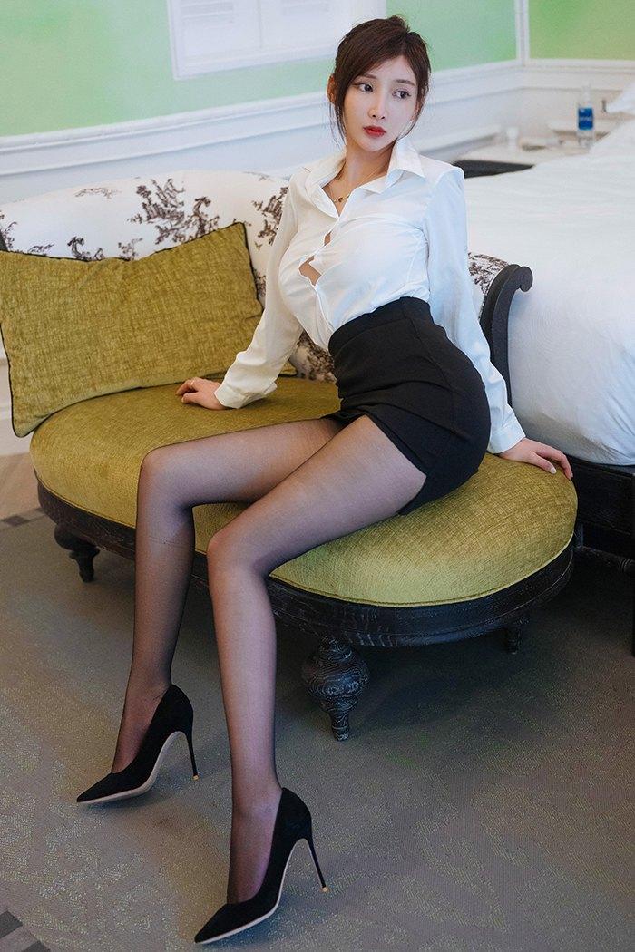 娇媚小秘书周妍希黑丝玉足令人怜爱